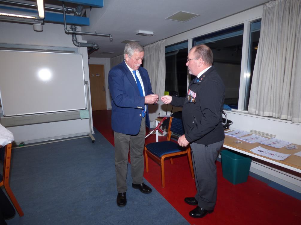 2018-03-22 Generalforsamling Tommy N. Andersen modtager  10 års nål af N. Bannergaard